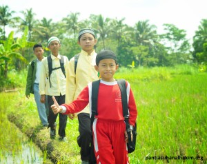 Perjalanan ke Sekolah Melalui Sawah Tetap Semangat Para Santri PantiAsuhan Al Hakim Sinar Melati Yogyakarta