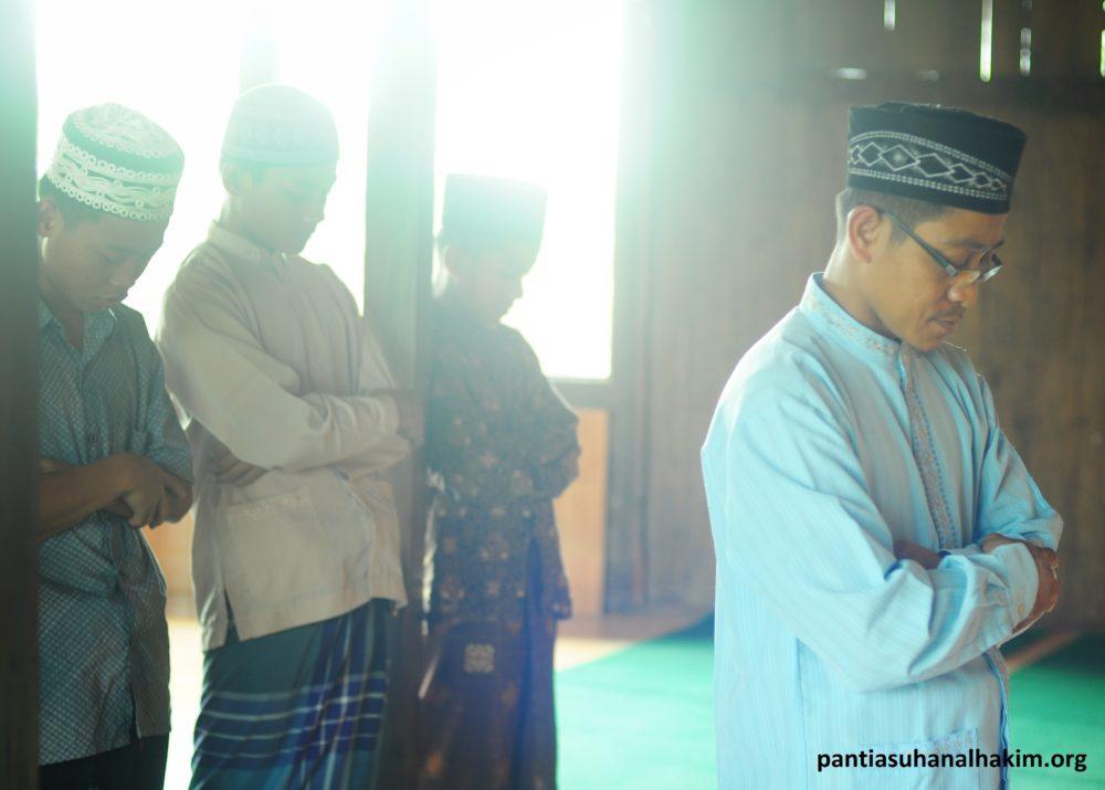 Sholat Berjamaah Dengan Imam Ustad Uzi