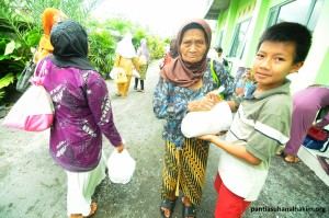 Tetap Berbagi Paket Sembako Kepada Warga Sekitar Panti Asuhan Al Hakim Sinar Melati Yogyakarta