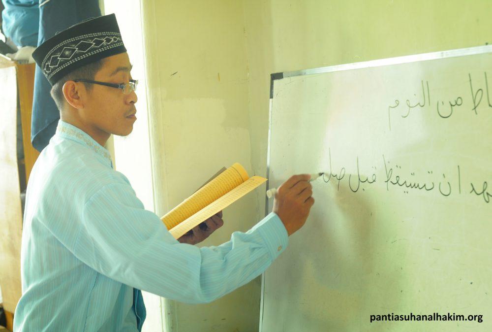 Ustad Uzi Saat Mengajar Bahasa Arab di Panti Asuhan Al Hakim Yogyakarta