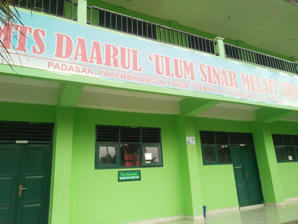 Gedung lantai 1 MTs Daarul 'Ulum yang terletak di Padasan, Pakembinangun, Pakem, Sleman