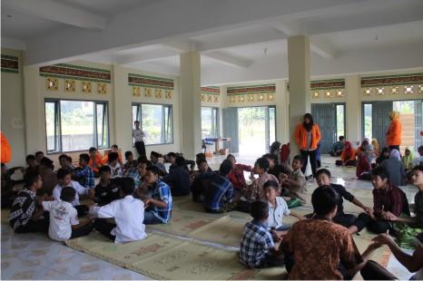 Bakti Sosial BEM FE - Indahnya Berbagi Bersama Anak-anak Panti Asuhan Al Hakim Sinar Melati Yogyakarta