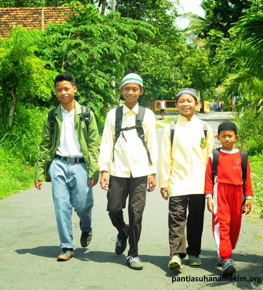 Santri Panti Asuhan Al Hakim Berangkat Sekolah Bersama-sama