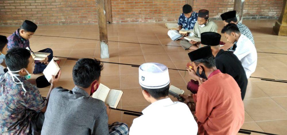 Santri Panti Asuhan Al-Hakim dalam kegiatan membaca Al-Ma'tsurat
